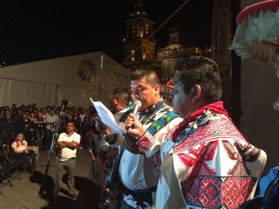 Autoridades wixaritari presentaron el documental Huicholes. Los Últimos Guardianes del Peyote en el Zócalo de la Ciudad de México